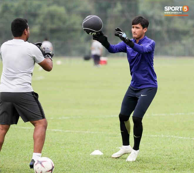 Chuẩn bị đối đầu Công Phượng, thủ môn Malaysia tập bài lạ với bóng… 5 kg - Ảnh 3.