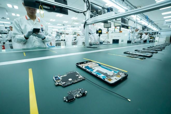 """Những hình ảnh thú vị về dàn robot """"khủng"""" tại nơi sản xuất điện thoại Vsmart - Ảnh 4."""