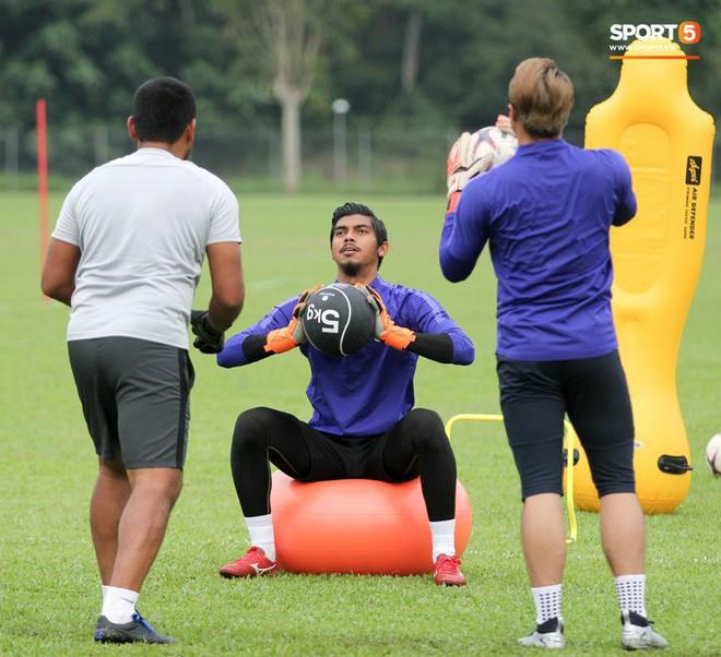 Chuẩn bị đối đầu Công Phượng, thủ môn Malaysia tập bài lạ với bóng… 5 kg - Ảnh 4.