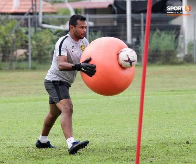 Chuẩn bị đối đầu Công Phượng, thủ môn Malaysia tập bài lạ với bóng… 5 kg - Ảnh 6.
