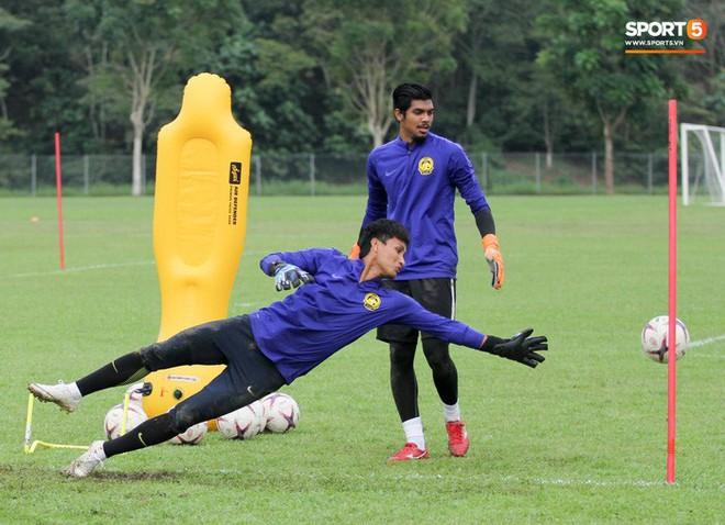 Chuẩn bị đối đầu Công Phượng, thủ môn Malaysia tập bài lạ với bóng… 5 kg - Ảnh 7.