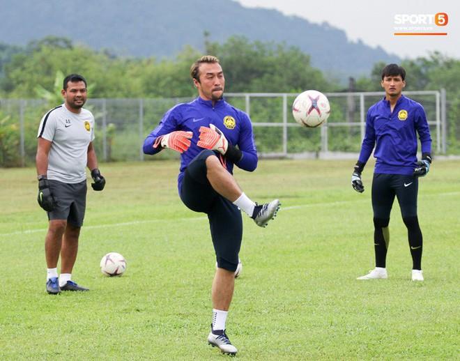 Chuẩn bị đối đầu Công Phượng, thủ môn Malaysia tập bài lạ với bóng… 5 kg - Ảnh 8.