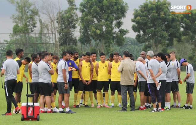 Chuẩn bị đối đầu Công Phượng, thủ môn Malaysia tập bài lạ với bóng… 5 kg - Ảnh 9.