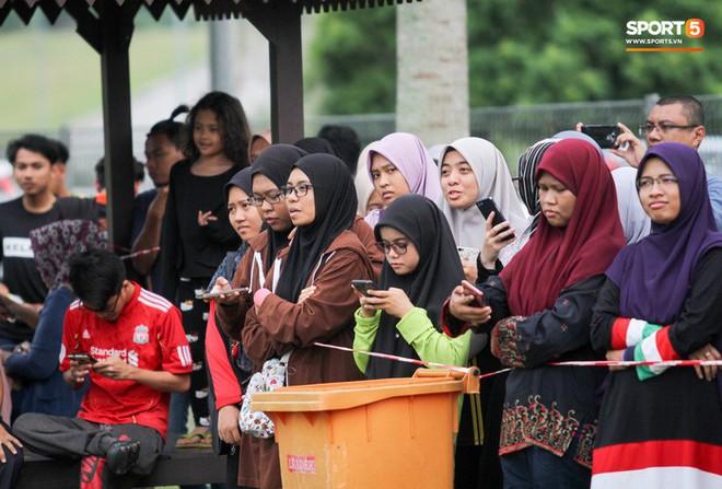 Chuẩn bị đối đầu Công Phượng, thủ môn Malaysia tập bài lạ với bóng… 5 kg - Ảnh 10.