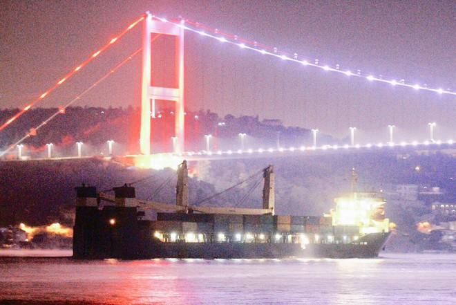 Nga cấp tốc lập cùng lúc 2 cầu tiếp viện hàng không và hàng hải cho Syria: Sắp đánh lớn? - Ảnh 2.