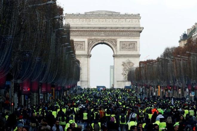 Paris của Pháp tiếp tục hỗn loạn trong đợt biểu tình thứ 4 - Ảnh 1.