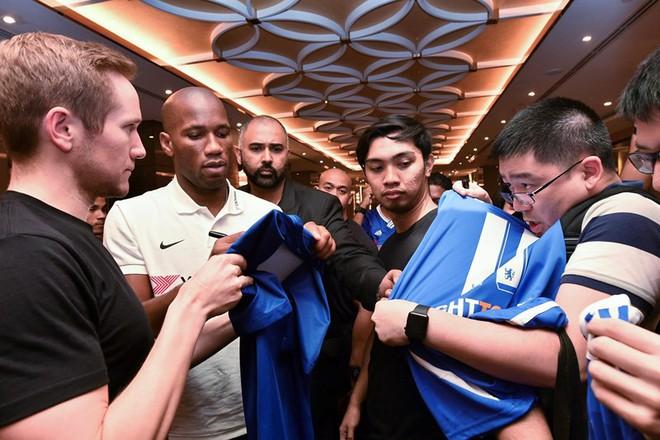 Cựu tiền đạo Chelsea chúc mừng cả Việt Nam và Malaysia - Ảnh 1.