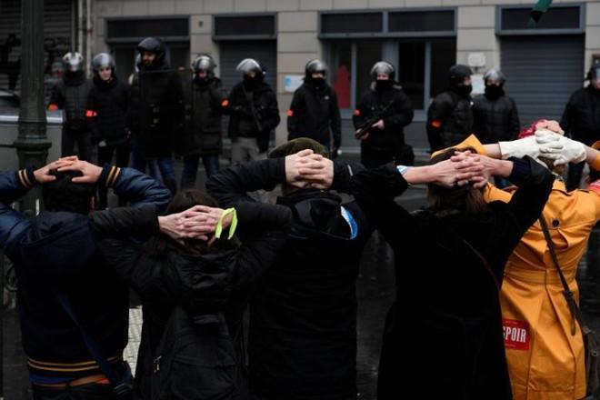 Paris của Pháp tiếp tục hỗn loạn trong đợt biểu tình thứ 4 - Ảnh 10.