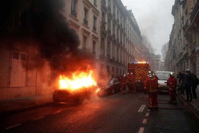 Paris của Pháp tiếp tục hỗn loạn trong đợt biểu tình thứ 4 - Ảnh 11.