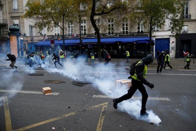 Paris của Pháp tiếp tục hỗn loạn trong đợt biểu tình thứ 4 - Ảnh 14.