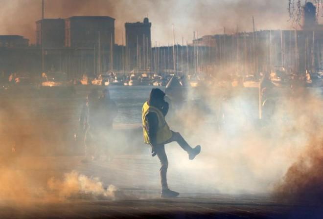 Paris của Pháp tiếp tục hỗn loạn trong đợt biểu tình thứ 4 - Ảnh 17.