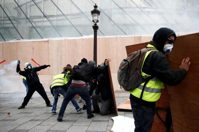 Paris của Pháp tiếp tục hỗn loạn trong đợt biểu tình thứ 4 - Ảnh 2.