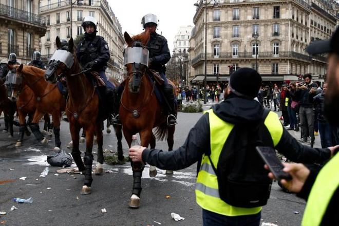 Paris của Pháp tiếp tục hỗn loạn trong đợt biểu tình thứ 4 - Ảnh 5.