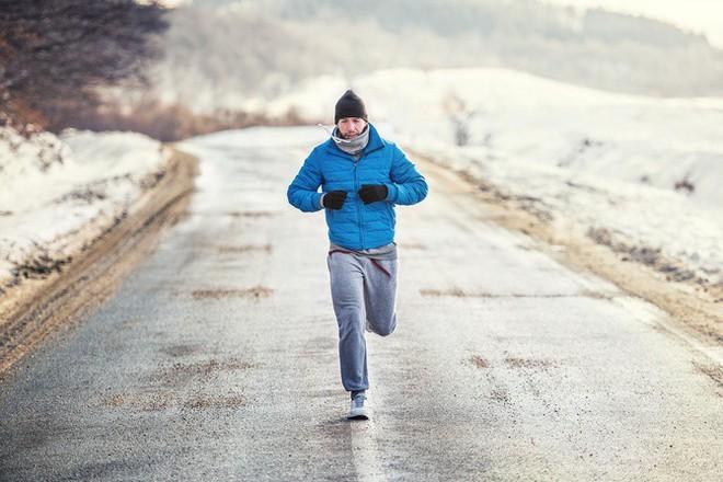 Tập thể dục vào trời lạnh có đốt calo và giảm cân nhanh hơn không? - Ảnh 2.