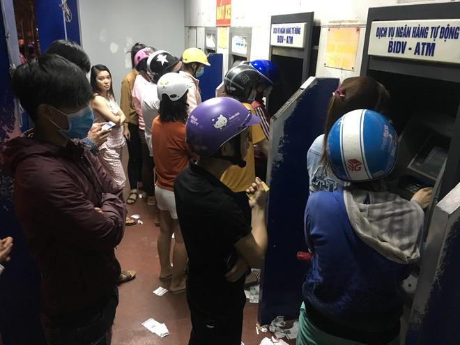 Bình Dương: Công nhân xếp hàng dài, chờ hàng giờ mới rút được tiền về quê ăn Tết - Ảnh 4.