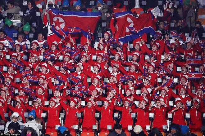 [ẢNH] Dàn cổ động viên Triều Tiên xinh đẹp rực đỏ, đốt cháy giá lạnh Olympic Mùa đông - Ảnh 1.