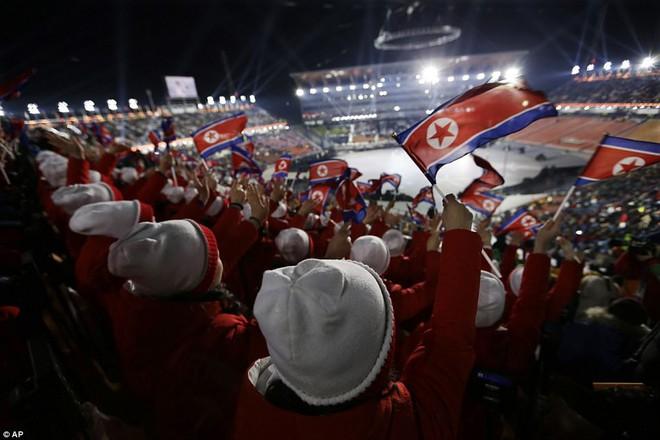 [ẢNH] Dàn cổ động viên Triều Tiên xinh đẹp rực đỏ, đốt cháy giá lạnh Olympic Mùa đông - Ảnh 2.