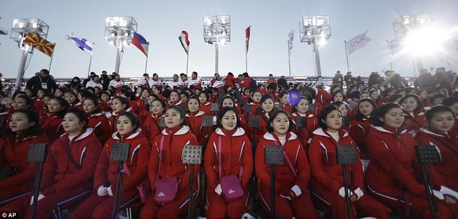 [ẢNH] Dàn cổ động viên Triều Tiên xinh đẹp rực đỏ, đốt cháy giá lạnh Olympic Mùa đông - Ảnh 3.