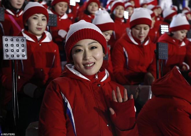 [ẢNH] Dàn cổ động viên Triều Tiên xinh đẹp rực đỏ, đốt cháy giá lạnh Olympic Mùa đông - Ảnh 5.