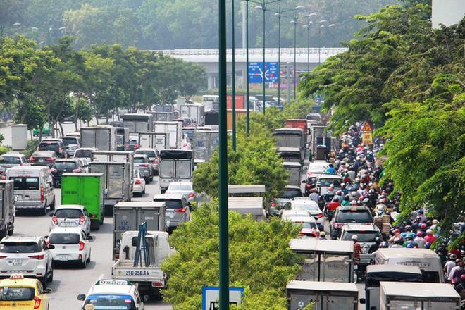 Kẹt xe khủng khiếp cửa ngõ sân bay Tân Sơn Nhất trưa 25 Tết - Ảnh 1.