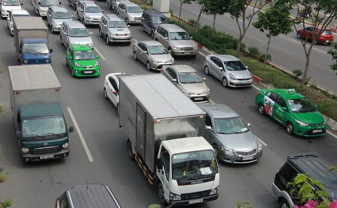 Kẹt xe khủng khiếp cửa ngõ sân bay Tân Sơn Nhất trưa 25 Tết - Ảnh 2.