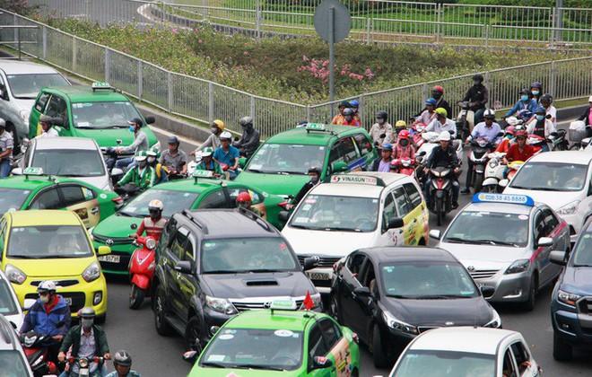 Kẹt xe khủng khiếp cửa ngõ sân bay Tân Sơn Nhất trưa 25 Tết - Ảnh 11.