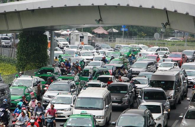 Kẹt xe khủng khiếp cửa ngõ sân bay Tân Sơn Nhất trưa 25 Tết - Ảnh 10.