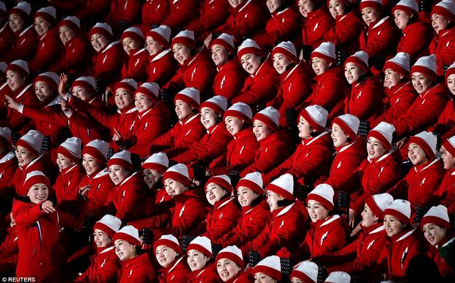 """[ẢNH] Dàn cổ động viên Triều Tiên xinh đẹp rực đỏ, """"đốt cháy"""" giá lạnh Olympic Mùa đông"""
