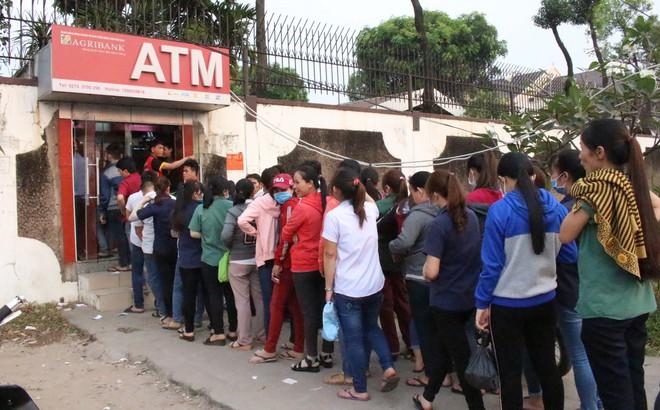Bình Dương: Công nhân xếp hàng dài, chờ hàng giờ mới rút được tiền về quê ăn Tết