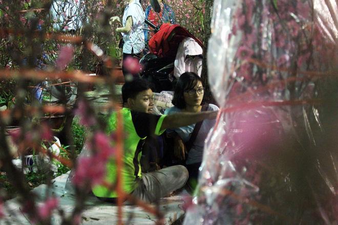 Sát tết hoa còn tồn nhiều, chủ vựa ở Sài Gòn treo biển than thở sao vào chụp hình hoài vậy - Ảnh 19.