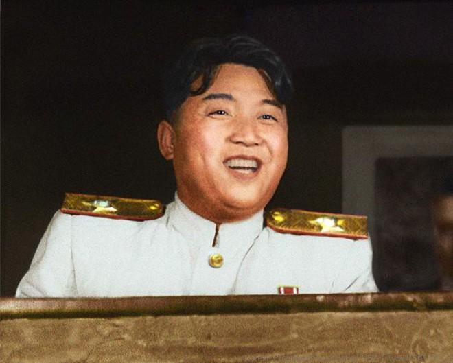 Mặt nạ cổ động bí ẩn của Triều Tiên ngay trước mắt TT Moon làm dân Hàn dậy sóng - Ảnh 1.