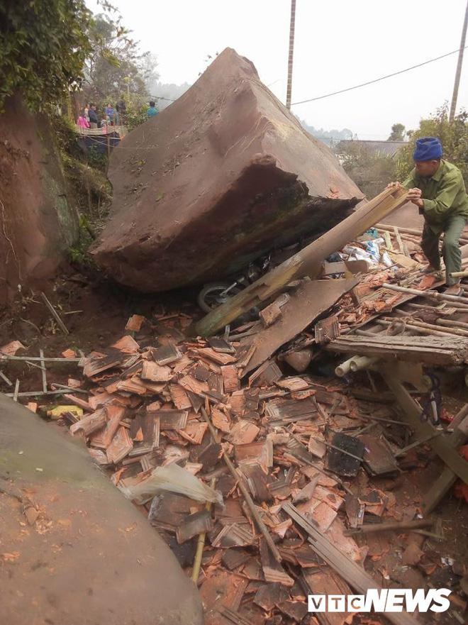 Tảng đá khổng lồ rơi sập nhà dân ở Hòa Bình lúc nửa đêm - Ảnh 1.