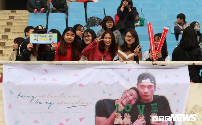 Fan nữ chen nhau tặng quà Valentine cho Bùi Tiến Dũng