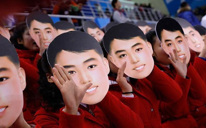 """Mặt nạ cổ động bí ẩn của Triều Tiên ngay trước mắt TT Moon làm dân Hàn """"dậy sóng"""""""