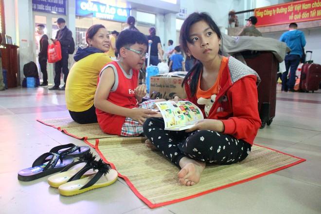 Hàng nghìn người vật vờ ở ga Sài Gòn lúc nửa đêm chờ tàu về quê ăn tết - Ảnh 9.