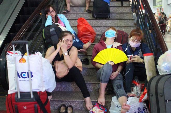 Hàng nghìn người vật vờ ở ga Sài Gòn lúc nửa đêm chờ tàu về quê ăn tết - Ảnh 11.