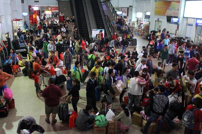Hàng nghìn người vật vờ ở ga Sài Gòn lúc nửa đêm chờ tàu về quê ăn tết - Ảnh 3.