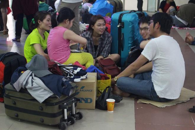 Hàng nghìn người vật vờ ở ga Sài Gòn lúc nửa đêm chờ tàu về quê ăn tết - Ảnh 10.