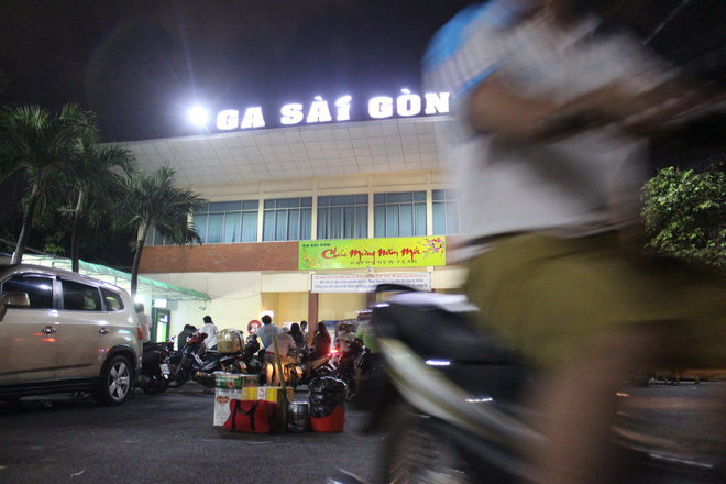 Hàng nghìn người vật vờ ở ga Sài Gòn lúc nửa đêm chờ tàu về quê ăn tết - Ảnh 2.
