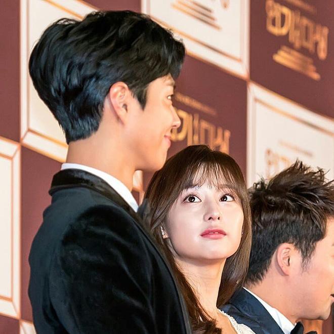 Nam tài tử may mắn nhất châu Á: Từ nữ thần Hậu duệ mặt trời, Yoona cho đến loạt mỹ nhân đều nhìn ngây ngốc - Ảnh 1.