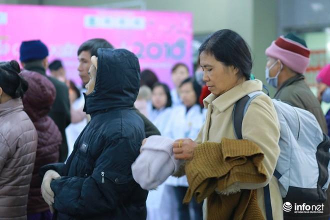 Những chiếc xe nghĩa tình đưa gần 100 bệnh nhân Viện Huyết học về quê đón Tết - Ảnh 2.