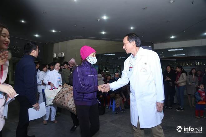 Những chiếc xe nghĩa tình đưa gần 100 bệnh nhân Viện Huyết học về quê đón Tết - Ảnh 7.
