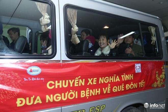 Những chiếc xe nghĩa tình đưa gần 100 bệnh nhân Viện Huyết học về quê đón Tết - Ảnh 8.