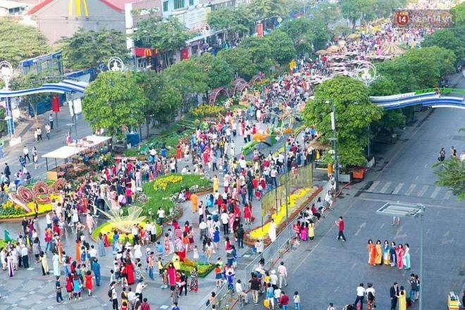 Ngày đầu tiên của kỳ nghỉ Tết âm lịch: Mặc trời nắng nóng, hàng trăm người dân ở Sài Gòn vẫn kéo nhau lên phố chụp ảnh - Ảnh 1.