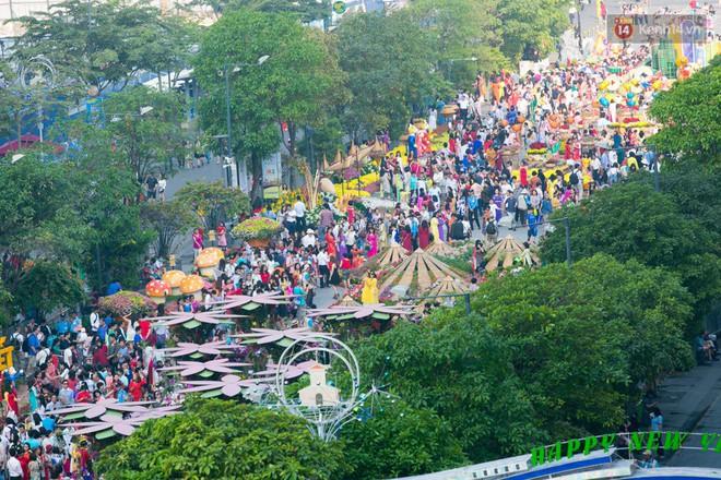 Ngày đầu tiên của kỳ nghỉ Tết âm lịch: Mặc trời nắng nóng, hàng trăm người dân ở Sài Gòn vẫn kéo nhau lên phố chụp ảnh - Ảnh 2.