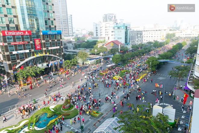 Ngày đầu tiên của kỳ nghỉ Tết âm lịch: Mặc trời nắng nóng, hàng trăm người dân ở Sài Gòn vẫn kéo nhau lên phố chụp ảnh - Ảnh 3.