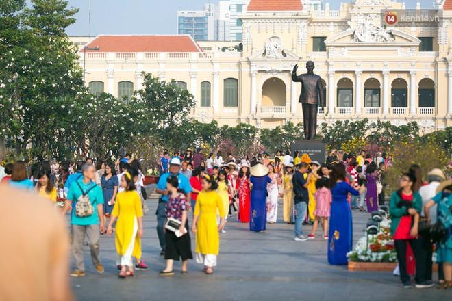 Ngày đầu tiên của kỳ nghỉ Tết âm lịch: Mặc trời nắng nóng, hàng trăm người dân ở Sài Gòn vẫn kéo nhau lên phố chụp ảnh - Ảnh 11.