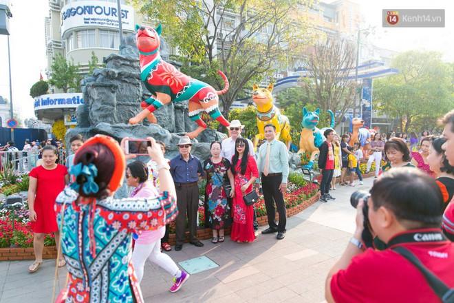 Ngày đầu tiên của kỳ nghỉ Tết âm lịch: Mặc trời nắng nóng, hàng trăm người dân ở Sài Gòn vẫn kéo nhau lên phố chụp ảnh - Ảnh 12.