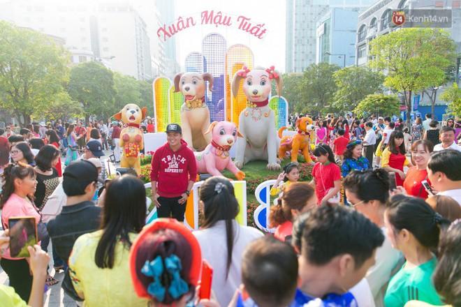 Ngày đầu tiên của kỳ nghỉ Tết âm lịch: Mặc trời nắng nóng, hàng trăm người dân ở Sài Gòn vẫn kéo nhau lên phố chụp ảnh - Ảnh 13.