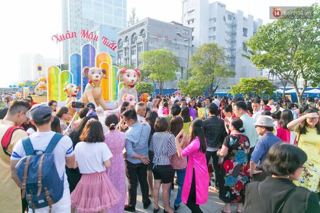 Ngày đầu tiên của kỳ nghỉ Tết âm lịch: Mặc trời nắng nóng, hàng trăm người dân ở Sài Gòn vẫn kéo nhau lên phố chụp ảnh - Ảnh 14.